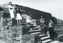A young Brinda Somaya (centre) with her parents and sister at the Nalanda ruins