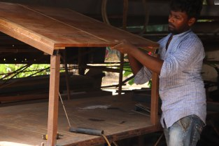 First, on a metal under-structure of trusses, beams and purlins, the false ceiling is fixed